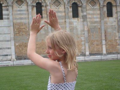 ピサの斜塔の前で記念撮影する観光客、別アングルから見ると…10