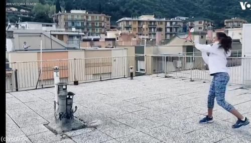 隣りのビルの屋上とテニス01