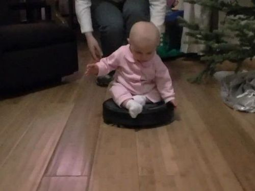 ルンバに乗る赤ちゃん