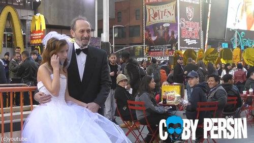 65歳の男性と12歳の少女が結婚式03