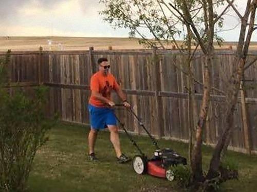 芝刈りをする男00