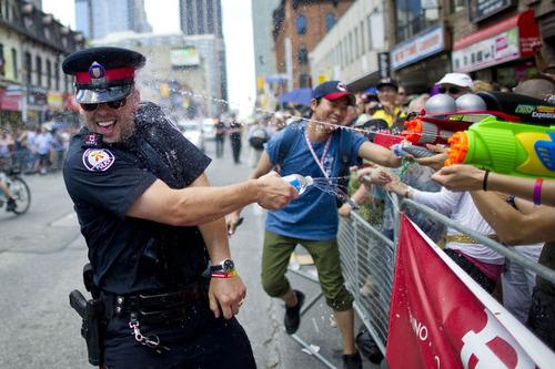 カナダのフルマラソンで警察が止まって応戦するとき02