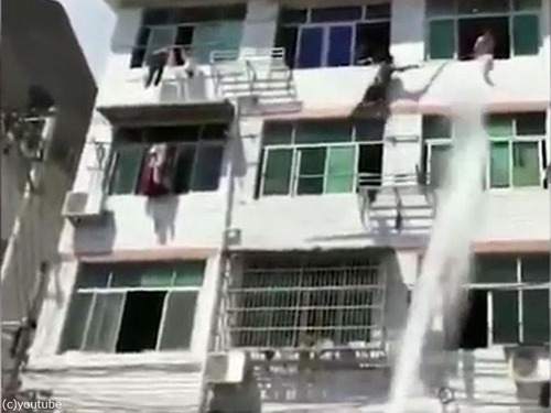 中国人女性が力技で自殺を阻止される07