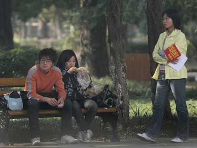 中国の大学、学生がキスしないように監視00