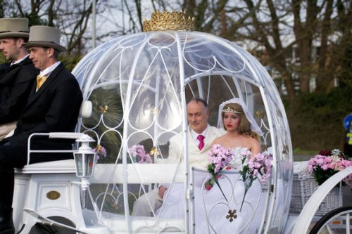 人形の妻9人と結婚したイギリス人01