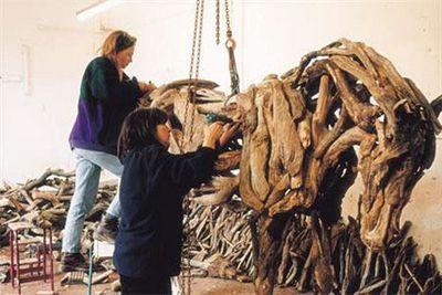 枯れ木で造られた馬のアート06