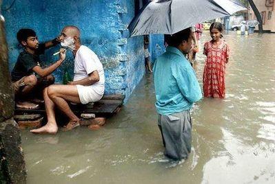水害時にたくましく楽しむ人々09