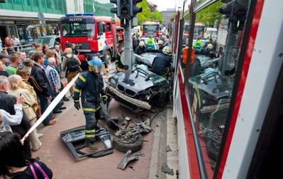 BMWと電車の事故で無傷10