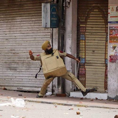 インド人の警察、スリングショットを装備02