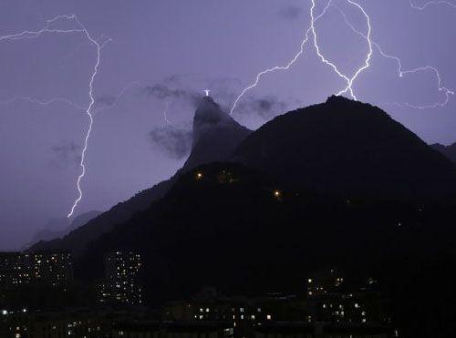 リオデジャネイロのキリスト像に落雷08