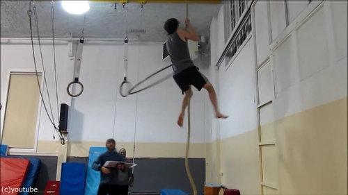 フラフープをしながらロープを登る03