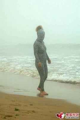 ビーチの視線を一身に浴びる斬新すぎる水着の女性02