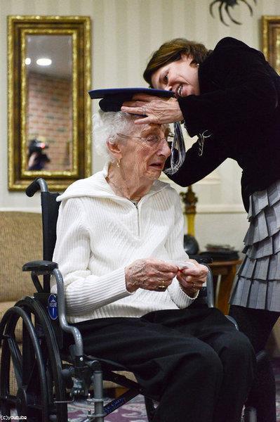 97歳女性が高校卒業証書に感涙02
