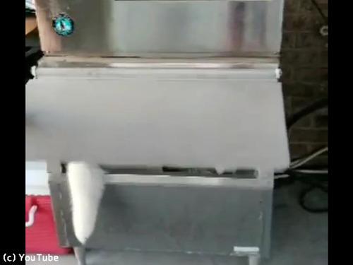 冷凍庫から何か出てる00