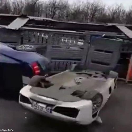 高価な車の横転事故05