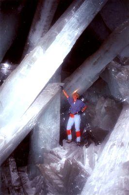 巨大なクリスタルに埋め尽くされた洞窟09