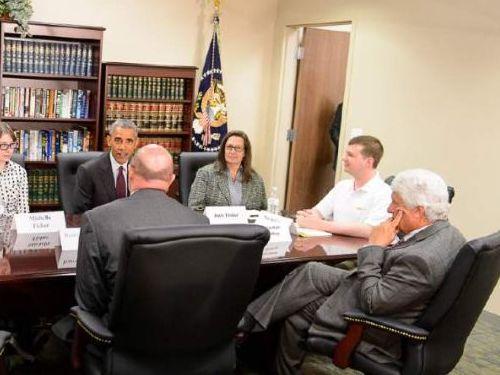 オバマ大統領とテーブルを囲んでる03