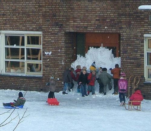 12イタズラ、やんちゃな人々、学校で雪の壁