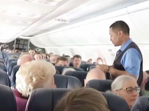 隣に座った客をペンで突いて飛行機を降ろされた女性02