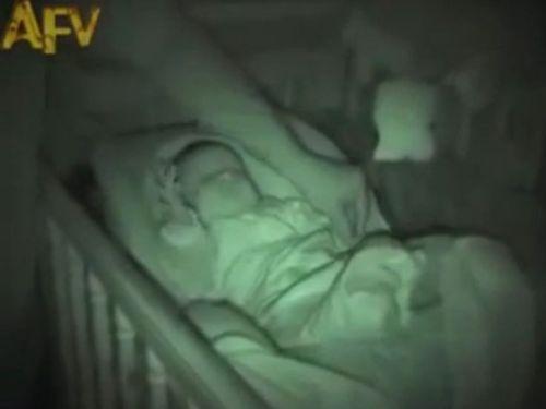 手を伸ばして眠る赤ちゃん01