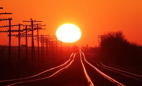 線路に反射する朝日01