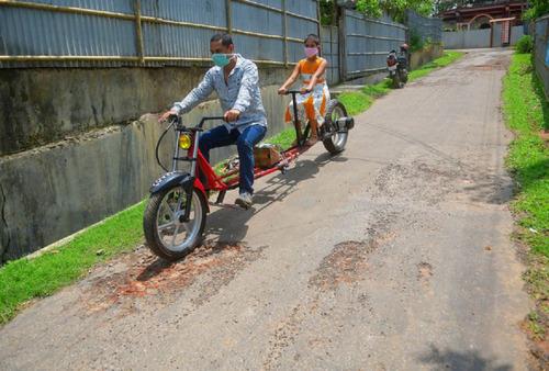 インドのパパ、バイクを魔改造02