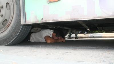バスの下に隠れる01