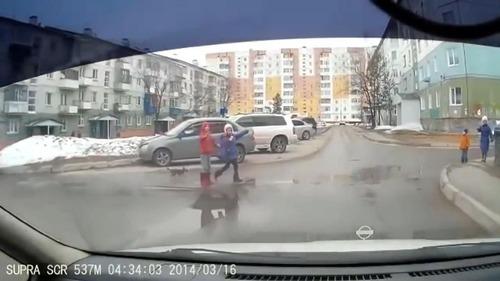 とある子どもたちが道路を渡る風景01