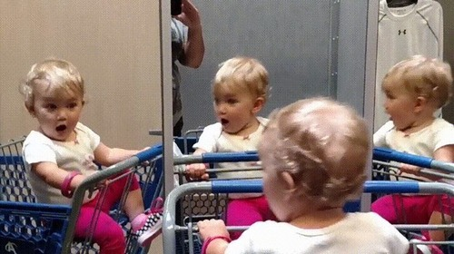 複数の鏡を見つけた赤ちゃん04