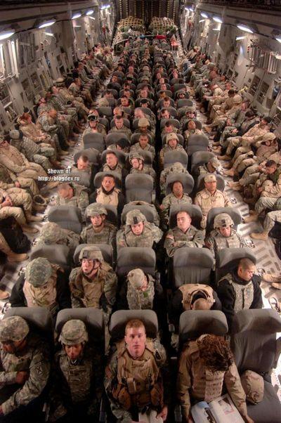 大量の兵士を運ぶ軍用機の中01