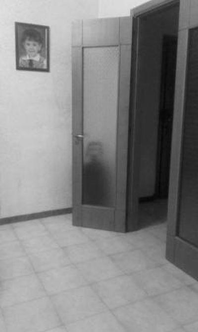 誰もいないはずのドアの後ろに人影02