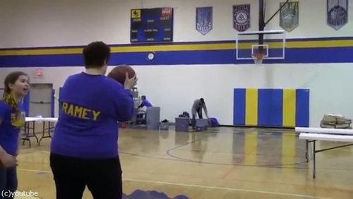 バスケのロングシュートに挑戦したママ01