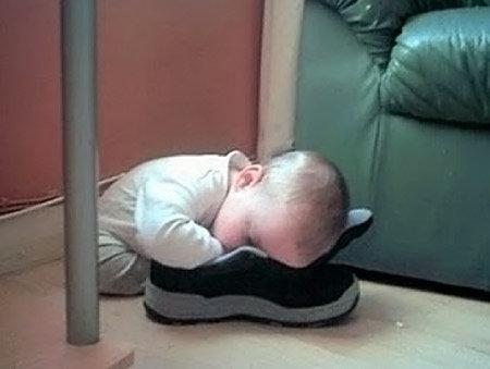 子供たちはどこでも寝る02