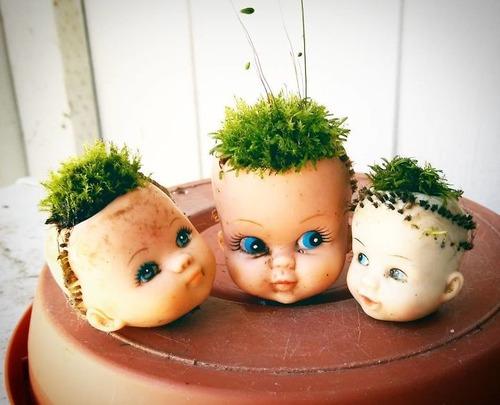 古い人形をプランターにするとホラー08