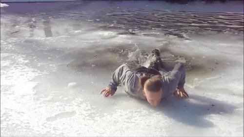 足元の氷が割れて落ちたときに這い上がる方法…11