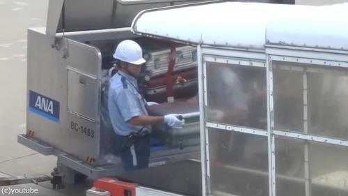 日本の空港の荷物の扱い方02