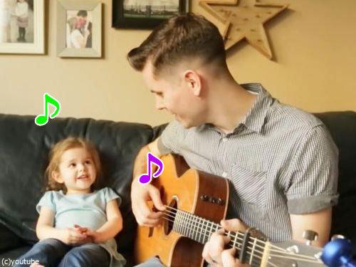 お父さんと歌う4歳の女の子00