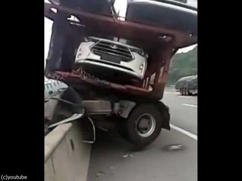 トラックの事故00