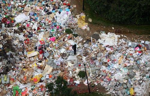 中国のマンションのまわりがゴミだらけ05