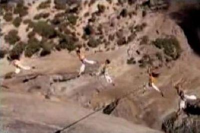 崖でぶら下がり華麗に飛び跳ねる集団01