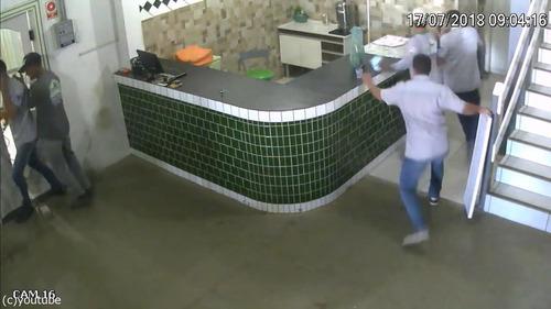 ブラジルの労働者たちが動物から逃げ惑う01