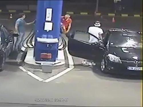 ガソリンスタンドでタバコを吸う客03