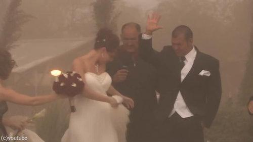 結婚式の愛の誓いのときに強烈な嵐14