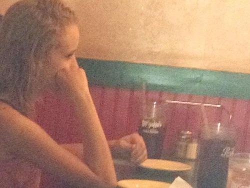 この女の子の両親はテーブル越しに座っている00