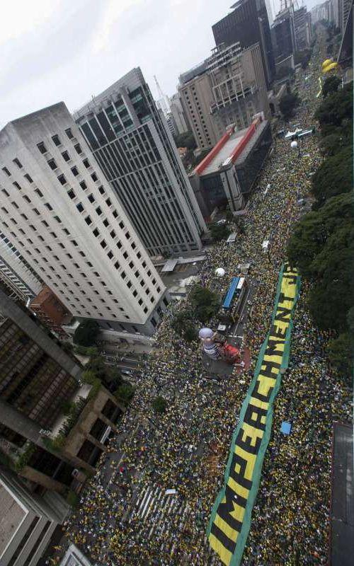400万人が政府に抗議中のブラジル01