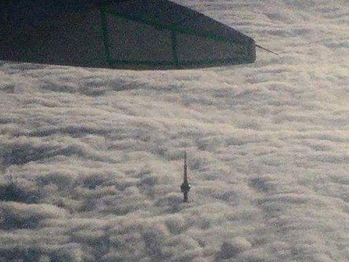 雲の上から見たCNタワー02