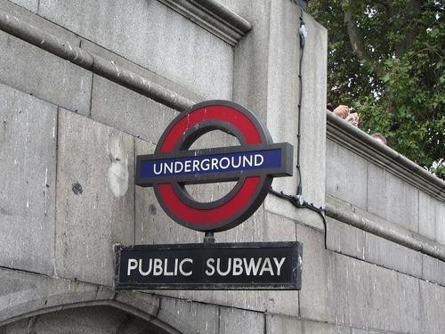 ロンドン地下鉄のサインがPS5に00