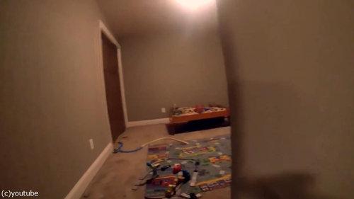 かくれんぼする幼児にカメラ02