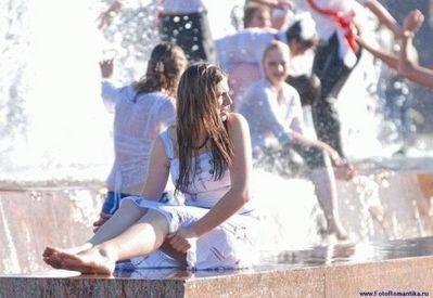 噴水でずぶ濡れロシアの美少女16