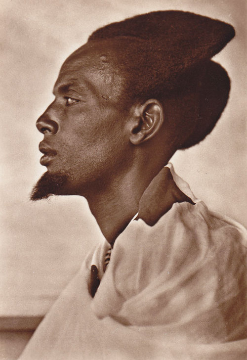 100年前のルワンダの伝統的な髪型02